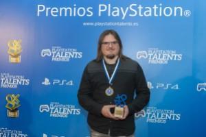 Eneko Eguiluz de Kaia Studios con el Premio PlayStation 2016 por Dynasty Feud