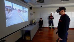 Un bombero utiliza gafas de realidad virtual para entrenar